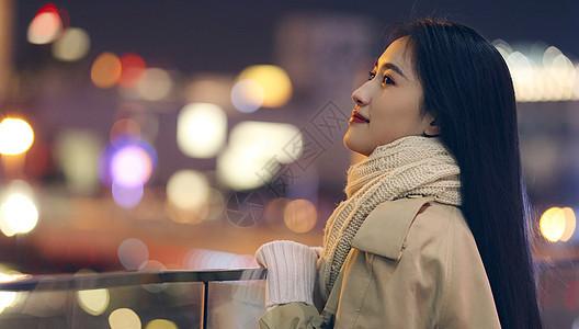 都市美女仰望城市夜景图片