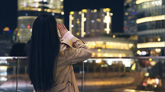 年轻美女对着城市呐喊背影图片