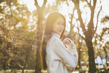 青春清新美女逆光人像图片