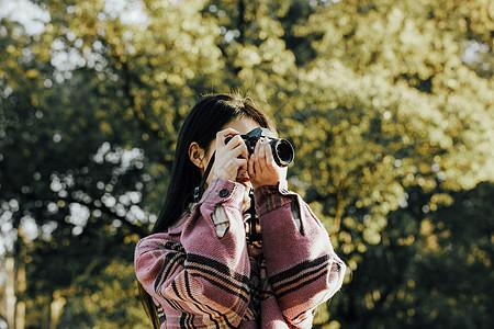 青春清新美女举起相机拍摄图片