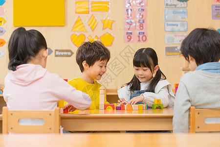 小男孩和小女孩一起玩积木图片