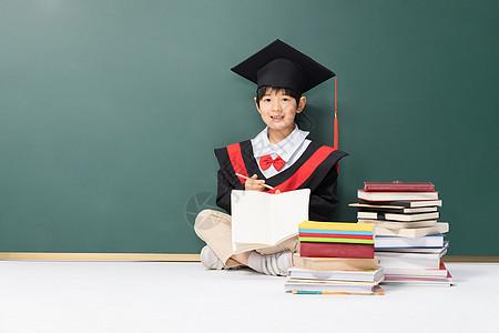 学士服男孩黑板前写作业图片