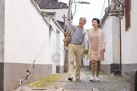 恩爱夫妻牵手古镇巷子游玩图片