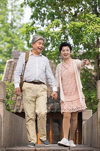 恩爱老年夫妻古镇走在古镇桥上图片