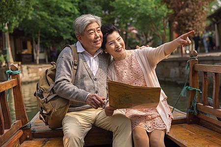 老年夫妻古镇游船看地图图片