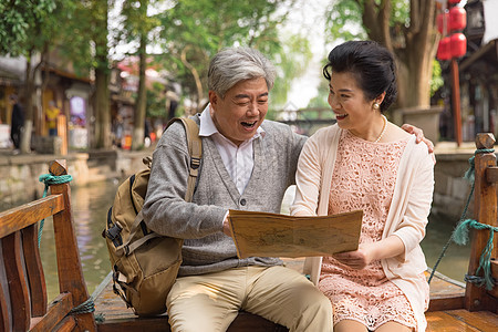 老年恩爱夫妻游船上看地图图片