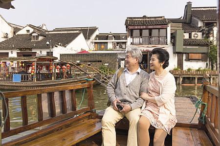 恩爱老年夫妻一同游船图片