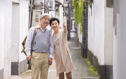 老年夫妻在古镇巷子游玩图片