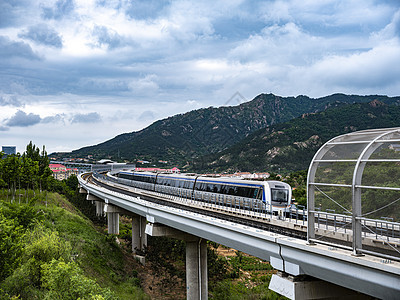 中画幅青岛地铁11号线轻轨和列车图片
