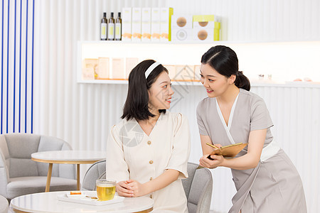 美容院销售人员推荐美容套餐图片