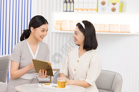 美容院服务人员推荐美容套餐图片