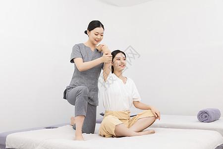 美容院技师为美女做手臂拉伸图片