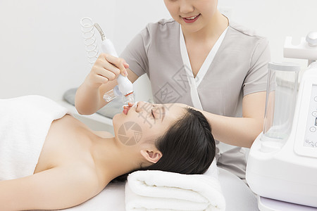 美容院美容师为顾客做纳米注氧枪图片
