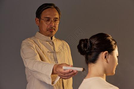 中医为女顾客做艾灸图片