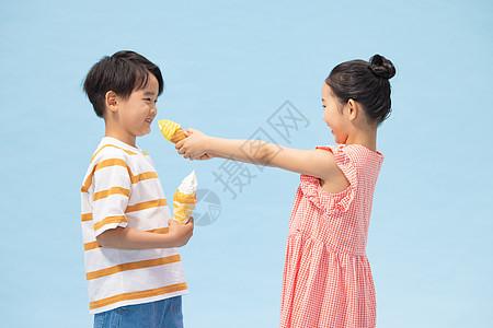 小男孩和小女孩互喂雪糕图片