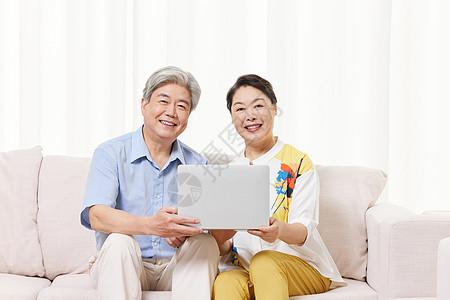 老年夫妻在家用笔记本电脑上网图片