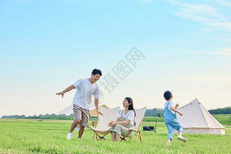 小男孩和爸爸在草坪上追逐打闹图片