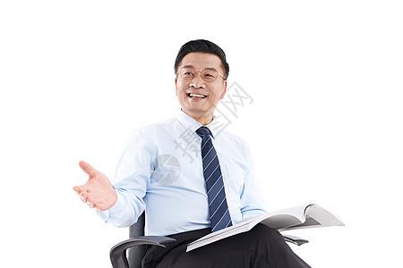 中年教授坐在椅子上和人交谈图片