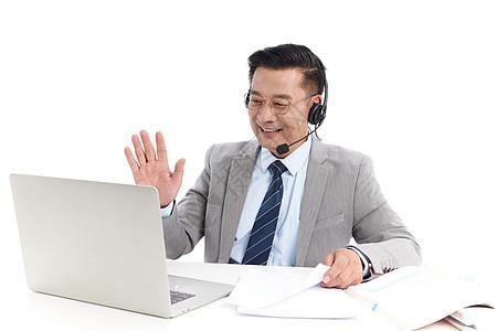 中年教授用笔记本电脑在线上课图片