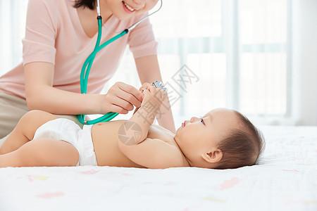 妈妈用听诊器给婴儿检查身体图片