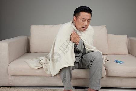 居家中年男子用毯子保暖图片
