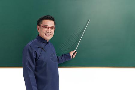 中年国学老师用教棒敲黑板图片