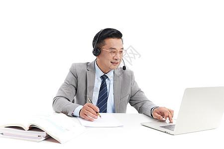 中年教授用笔记本电脑上网课图片