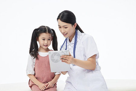 女护士和小朋友相伴坐病床上图片