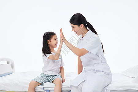 女护士和儿童小女孩击掌图片
