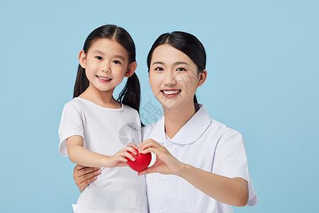 女护士和小朋友一起拿爱心图片