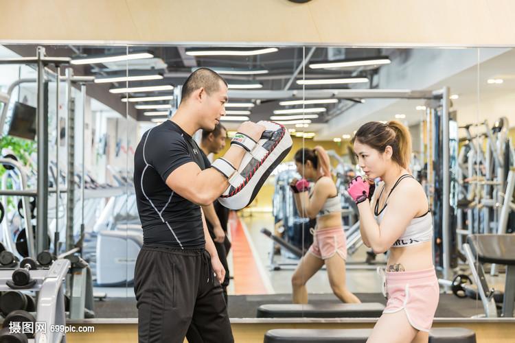 健身房活力男女拳击训练