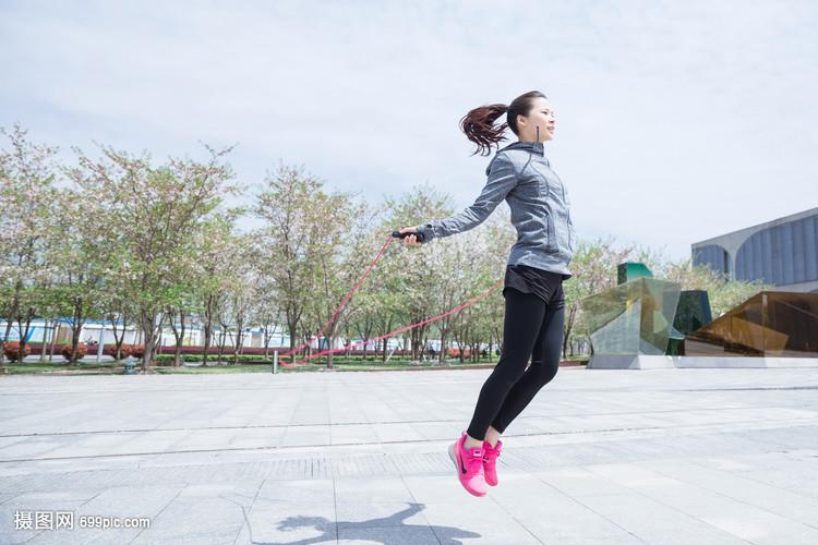 女孩户外运动工科跳绳女生大学大气图片