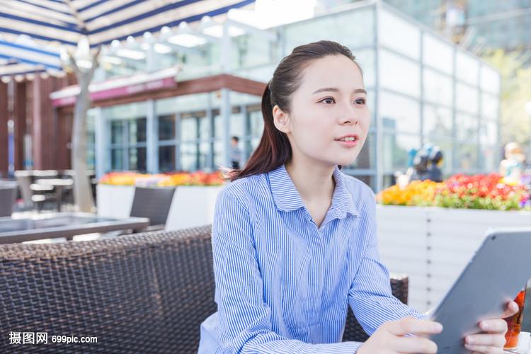蓝格子美女的a格子视频办公室美女衬衫高清图片