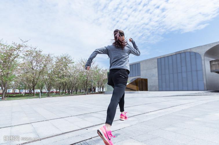 大气户外运动女孩跑步女生穿迷彩服图片