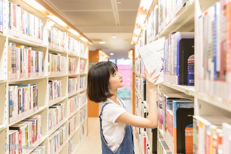 女生表情图书馆书架找书再试试一个大学包略图片