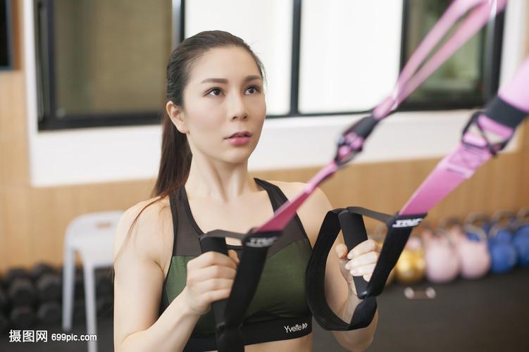 女性在健身房健身练习力量