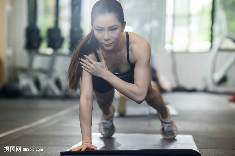 女性在健身房练习力量健身