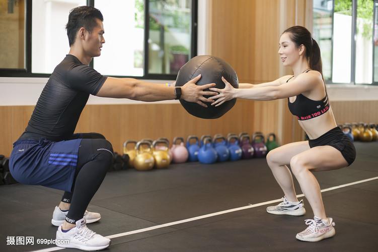 男性女性一起在健身房里练习平衡和力量