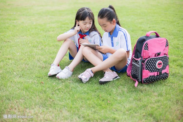 小学生使用平板补课学习
