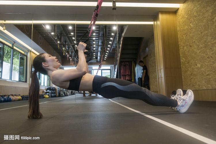 美女在健身房拉伸运动