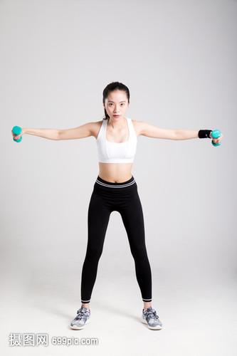 年轻女性健身哑铃侧平举动作