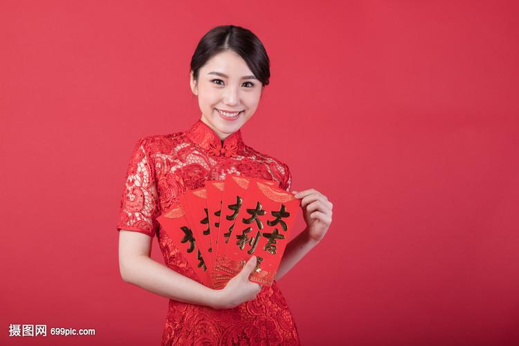 新春手拿美女的美女晒豪车红包图片