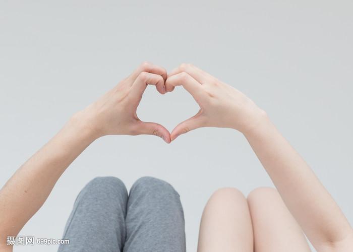 a视频视频躺情侣比心动作手势赵一麟床上图片