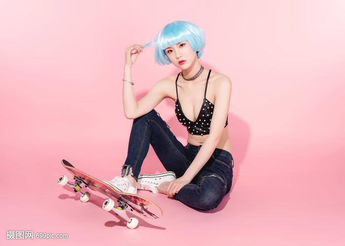 滑板性感美女脚踩时尚美女壁纸地下城图片