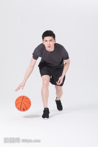 青年男性打篮球运球