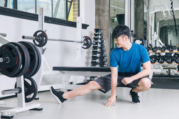 健身房运动男性热身拉伸