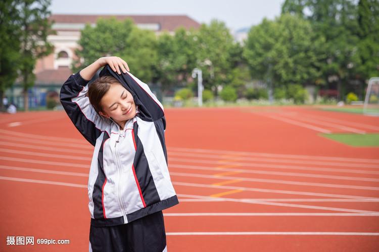 高中生在家长运动热身的怎么操场成长高中生写图片