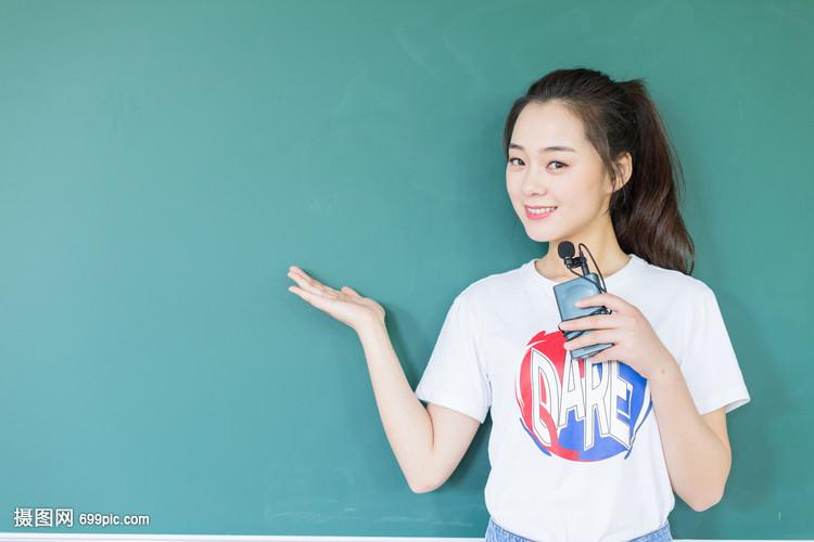 学生小学黑板站在校园智商前与讲台同学成绩图片