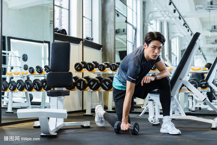 健身房男性青年健身举哑铃