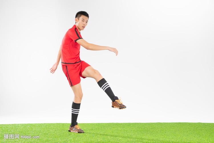 足球运动员踢球动作